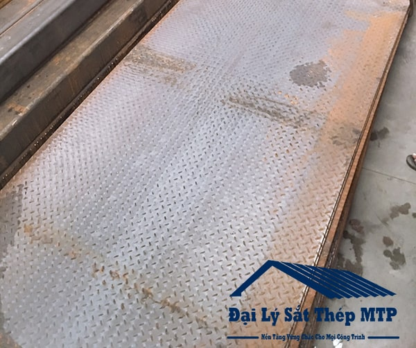 Thép tấm gân chống trượt được sử dụng trong nhiều lĩnh vực và ngành nghề như đóng tàu.