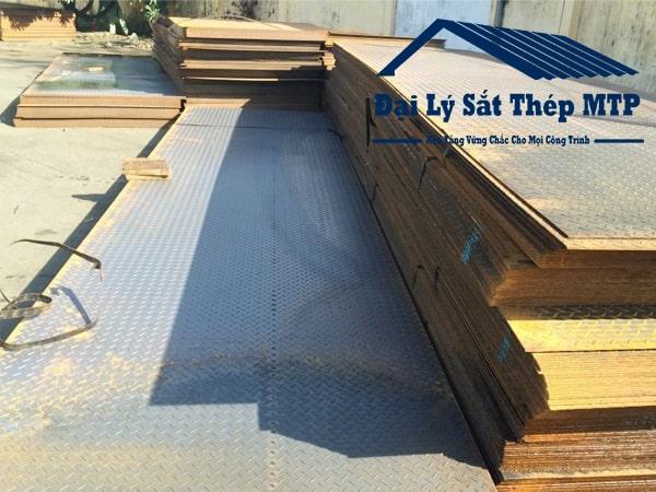Thép tấm gân hay còn gọi là thép tấm chống trượt - một sản phẩm quen thuộc trong ngành xây dựng.