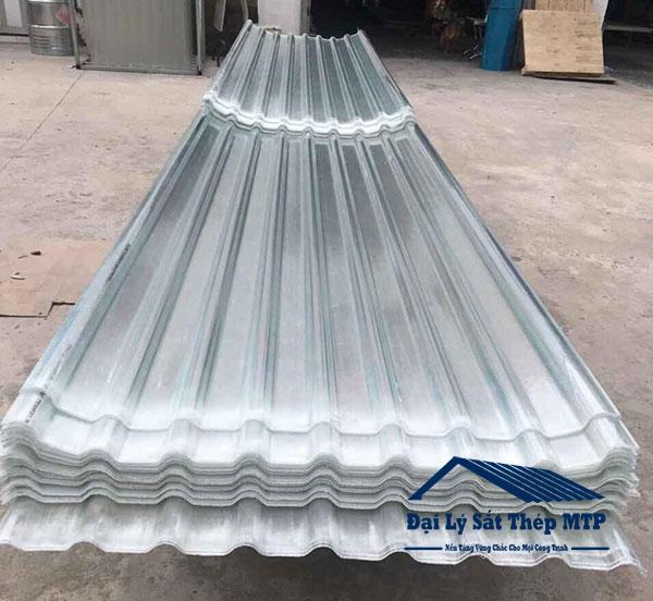 Tôn nhựa lấy sáng được làm từ sợi thủy tinh composite, sợi carbon và nhựa tiêu chuẩn PolyEster.