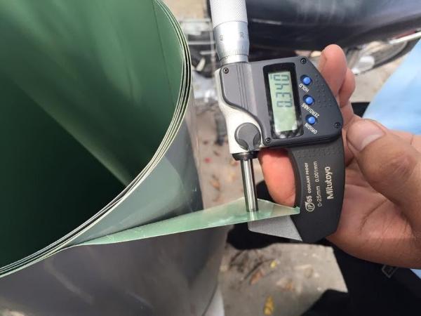 Khách hàng có thể kiểm tra độ dày của tôn bằng máy đo dem