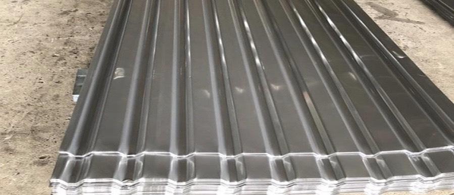 Tôn lợp làm bằng inox có bề mặt nhẵn mịn nên rất dễ vệ sinh và đảm bảo thẩm mỹ