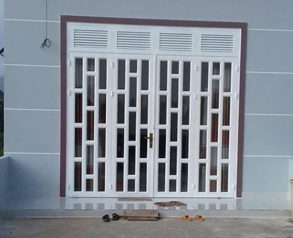 Nhiều người không lựa chọn cửa sắt 4 cánh vì trọng lượng của cửa khá nặng