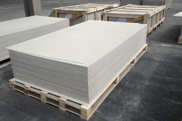 Nguyên liệu chính của tấm xi măng nhẹ là xi măng, cát silic, sợi cellulose hoặc dăm gỗ