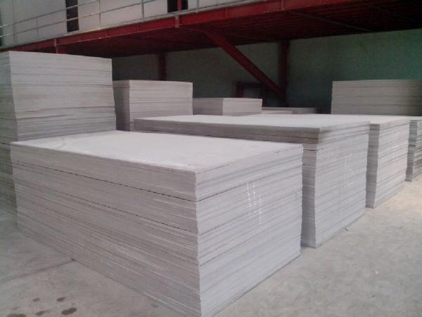 Nguyên liệu chính của tấm Shera board là xi măng, oxit silic và cellulose